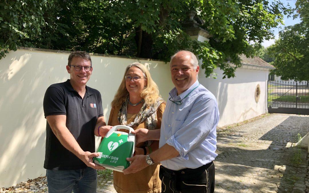 Neu: Defibrillator an Schloss-Mauer